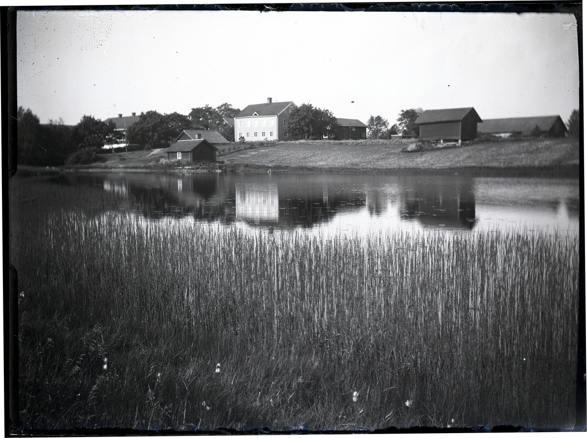 Gården i Olsbenning sedd från sjösidan, Västmaland