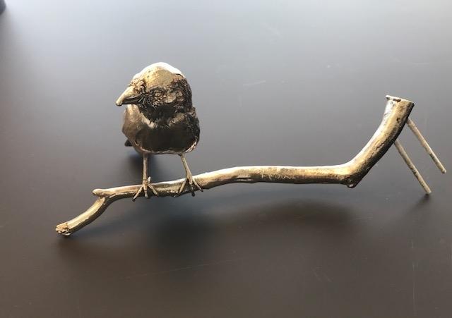 Fuglen er tatt ut av sin naturlige biotop, den preserveres og forsølves, deretter plasseres den i en livaktig positur på en forsølvet gren naturen også har kvittet seg med. Sammen utgjør disse to frastøtte en rekonstruksjon av deres naturlige plass før døden rammet dem.