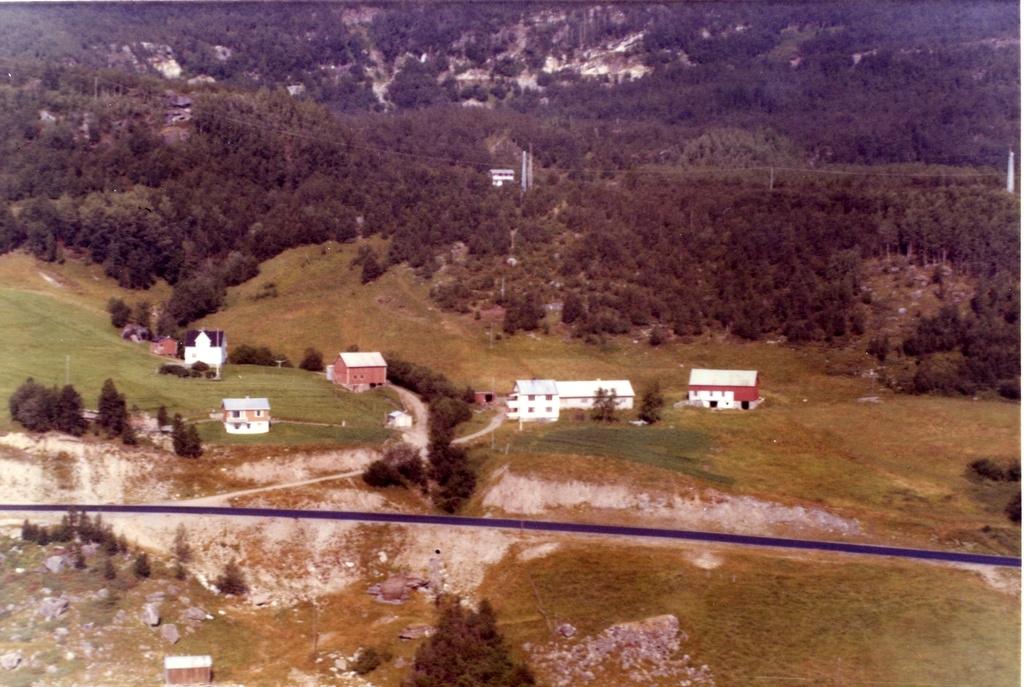 Sjekk sted : den gamle Bjørnfjellveien man ser i rutene 4-5, siden bildet ble tatt i 1969. Dagens mellomriksvei ble utbedret på 1980-tallet.  De lyse partiene i bilde 4 og 5 på den gamle Bjørnfjell-veien kalte vi for Kvitbergan. Det voks mye bringebær der, og vi syklet dit som unger for å plukke bær i de bratte urene