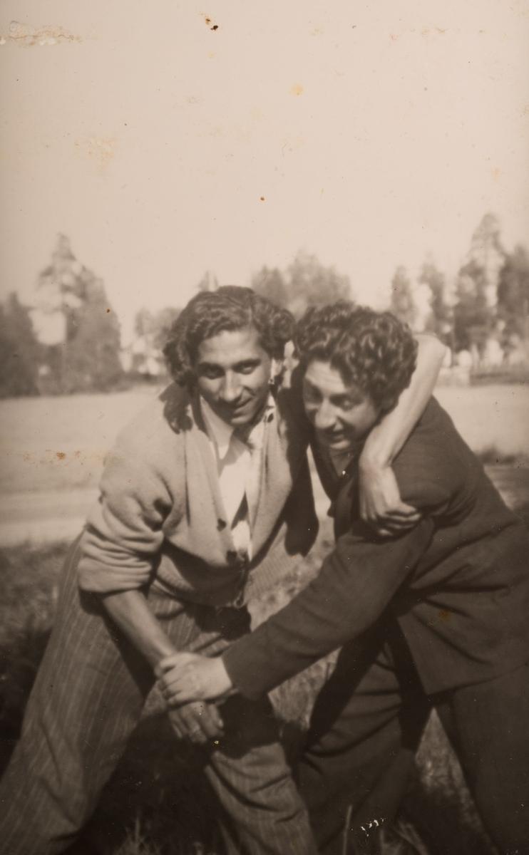 Två unga romska män kivas inför kameran, Sandviken juni 1947.