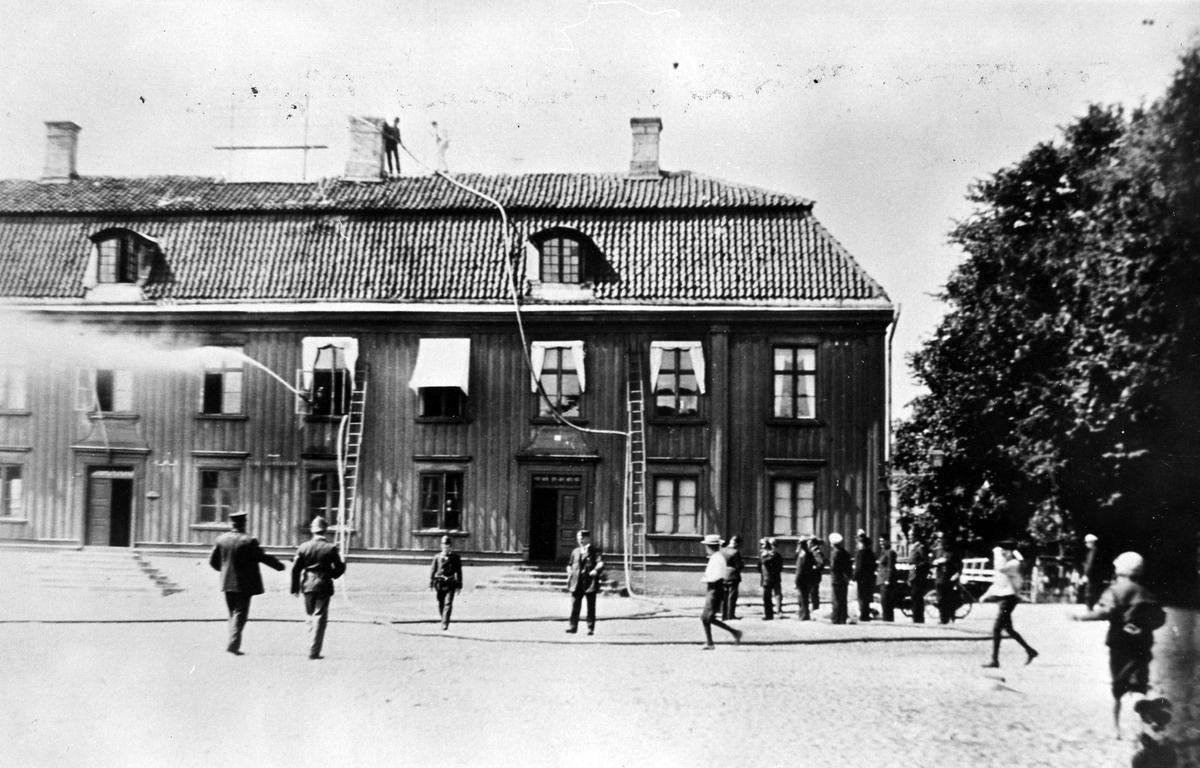 Brandchef Alfred Hedén leder en brandövning på Stora Torget, 1902.