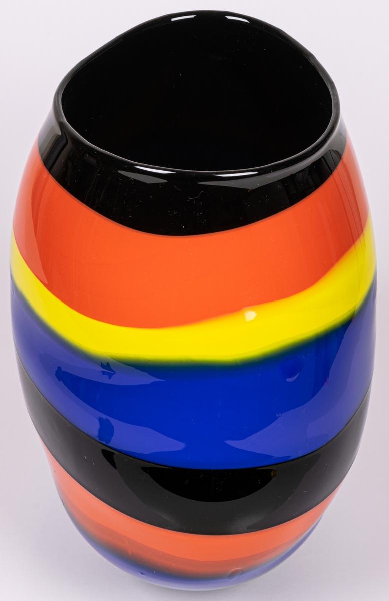 """Vas, blåst, med pålagda färgfält, modell """"Mali"""". Oregelbundet oval, bukig i längdled. Tvärrandig i svart, orange, gult och blått. Avrundad mot smal, tjock fot. Märkt under: """"Utställning""""."""
