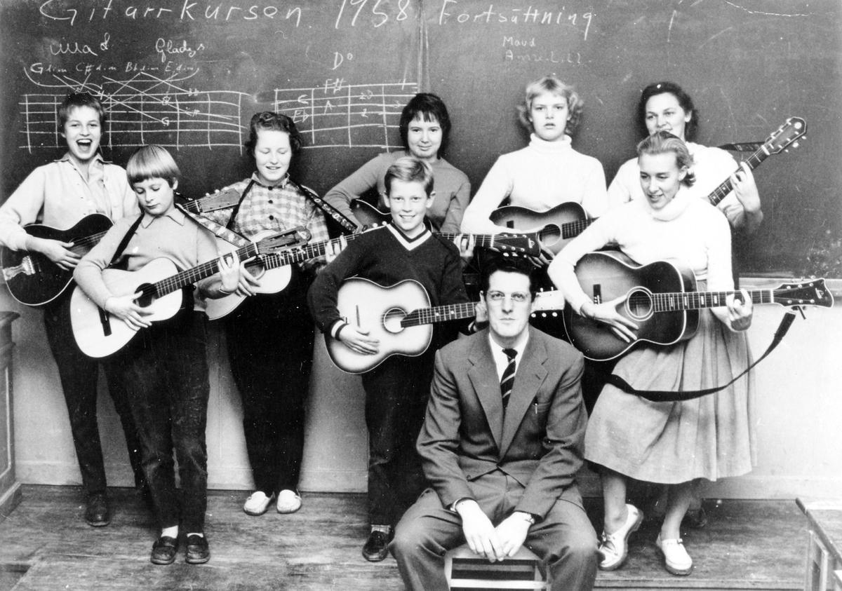 Kursverksamhet: Lindholms gitarrkurs, fortsättningskurs 1958. Lärare Gunnar Persson.