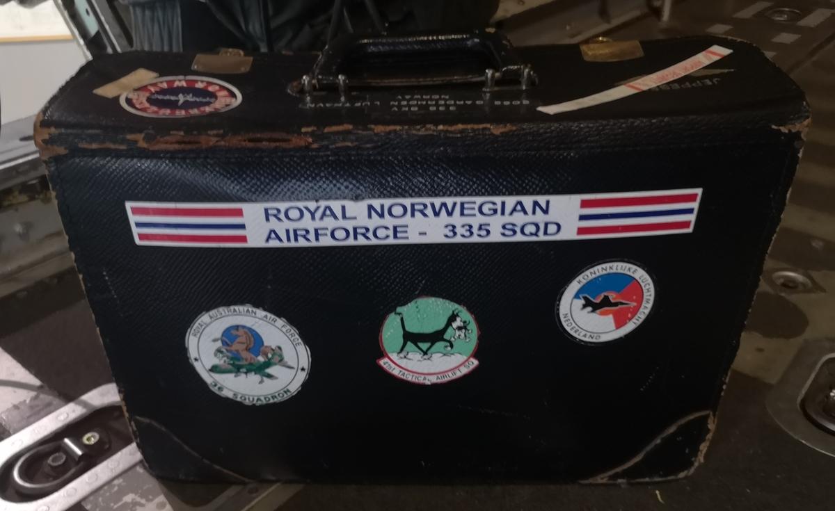 Koffert til oppbevaring av kart og sjekklister. Brukt ved 335 skv Gardermoen.