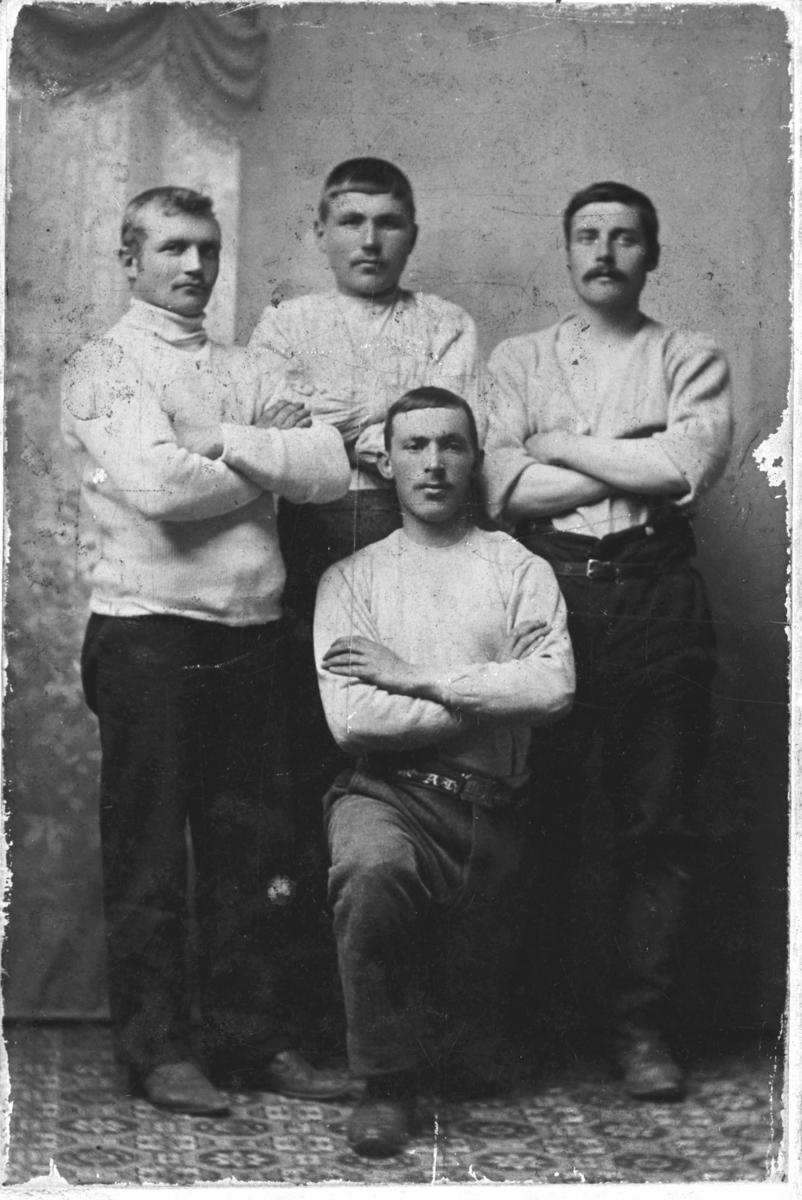 Topptrente idrettsmenn i Vadsø ca. 1920. Bak fra venstre Frans Emil Hildonen (f. 1885), Johan Leonard Hildonen (f. 1886) og Niemi (fornavn kan være enten Hjalmar Øyvind, f. 1884, eller Sverre f. 1888). Foran Johan Alfred Kestilæ (f. 1884).