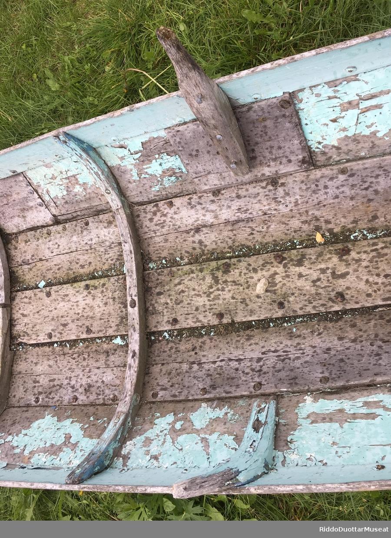 Dokumentasjon av en elvebåt i privat eie. Båten ble seinere gitt som gave til museet av Robert Severin Pedersen fra Bjørkås gård.