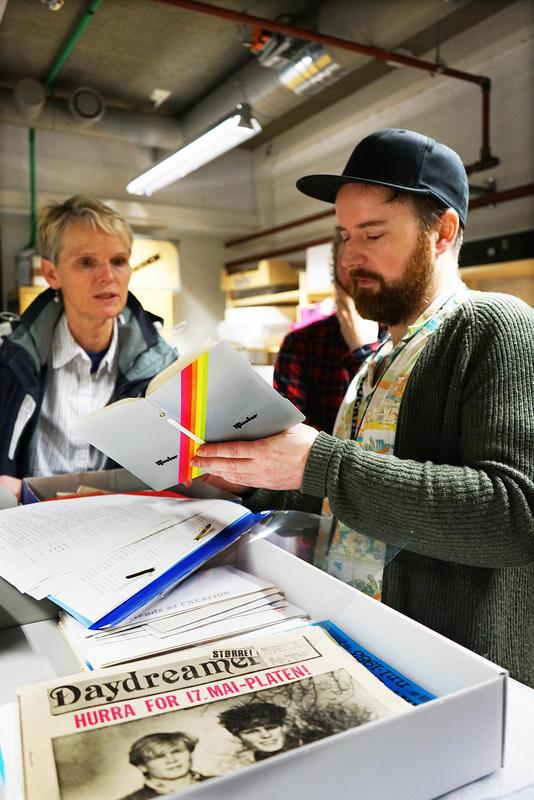 Private fotoalbum er en del av donasjonen fra Tone Børstad. Musikkbibliotekar Bjørnar Bruket ved Rockheim tar i mot.