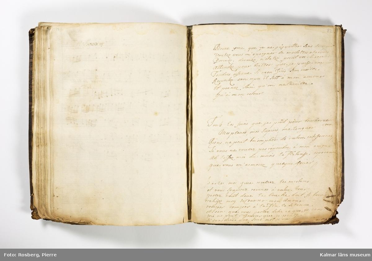 KLM 21070 Notbok, handskrift, stående format. Helt skinnband med ryggornament i guld. Försättsblad med svart stämpel, Stålhammarska vapnet. Kompositioner med italienska, franska och tyska texter. Merparten av de handskrivna noterna är inskrivna från den främre pärmen, några musikstycken inskrivna från den bakre pärmen. Sid 85-107 numrering från bakre pärmen. Datering: sannolikt 1700-talets början. Främre sidan skadad, lädret genomskuret med kniv?.  Sid 6 av Alessandro Scarlatti (1660-1725)/ enligt uppgift av Rainer Typke 2003, se bil. Sid 53 Aria Vnisoni Cantata. Sid 59 Bononcini Cantata