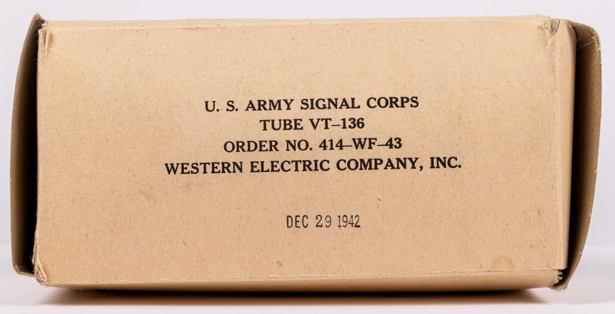 """Kat.kort: Radiorör, 4st. Sockel i brunt isoleringsmaterial. Undertill sju kontakttappar. Text på sockeln: """"JAN CHS 1625 VT-136 SYLVANIA MADE IN U.S.A. Varje rör förvaras i pappask med vadderat skyddspapper. Text på askarna: """"U.S. ARMY SIGNAL CORPS TUBE VT-136 ORDER NO. 414-WF-43-WESTERN ELECTRIC COMPANY, INC. DEC. 29 1942""""."""