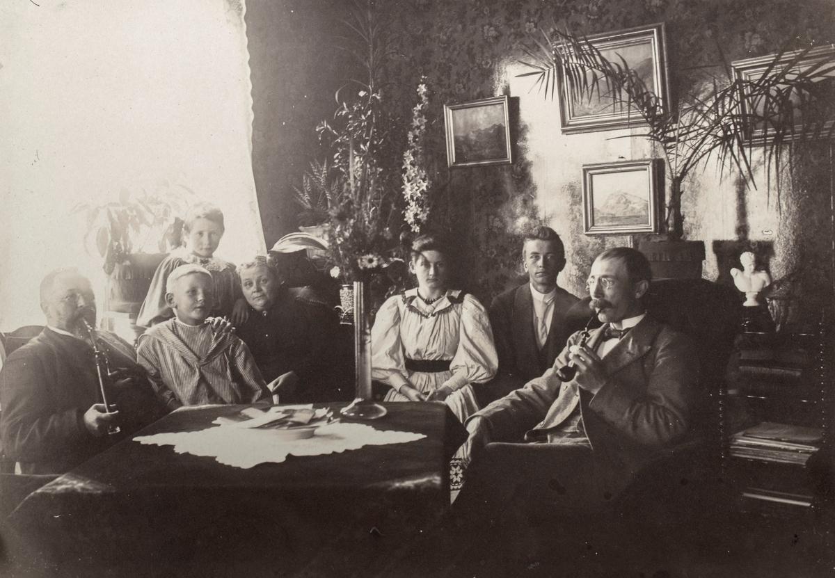 Gruppeportrett av familien Eng i stua.