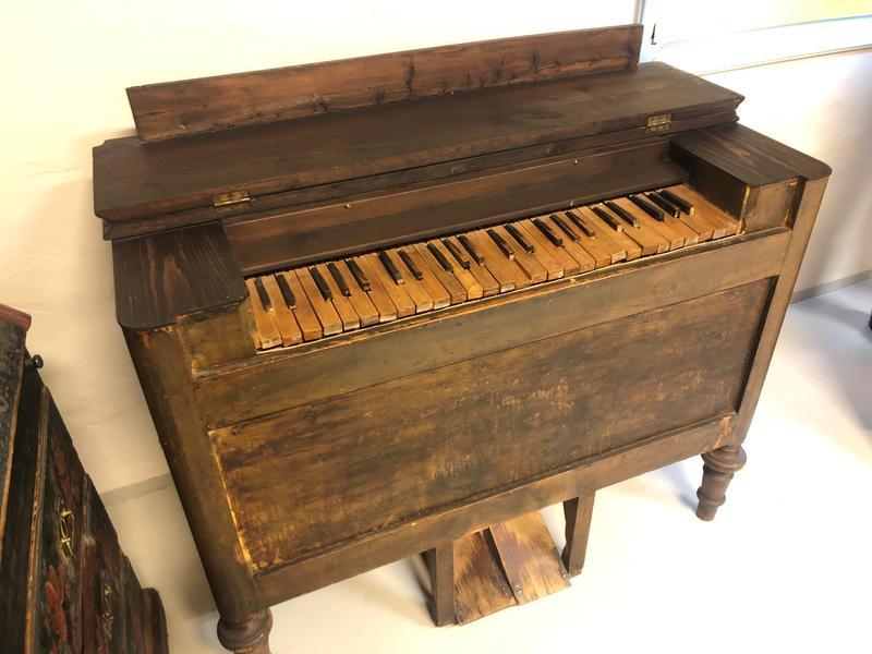 Det første orgelet: Sigurd fekk sitt første orgel då han var ni år gamal. Det var farbroren, smeden og musikaren Hans Islandsmoen som kring 1890 bygde det til sin musikalske nevø. Orgelet stod i meir enn sytti år på hytta til Sigurd på Blomstølen. Etter det har orgelet vore på bygdesamlinga. Nokre år etter spleisa søskena på Islandsmoen på eit orgel som òg er del av museumssamlinga. Sigurd var ofte heime på Islandsmoen, og han kunne øve i fleire timar om dagen. Då laut brørne hans og etter kvart brorsonen hans, dra belgen. Det skal ha vore eit trått og keisamt arbeid. Foto: Anne Marit Noraker, 2019.