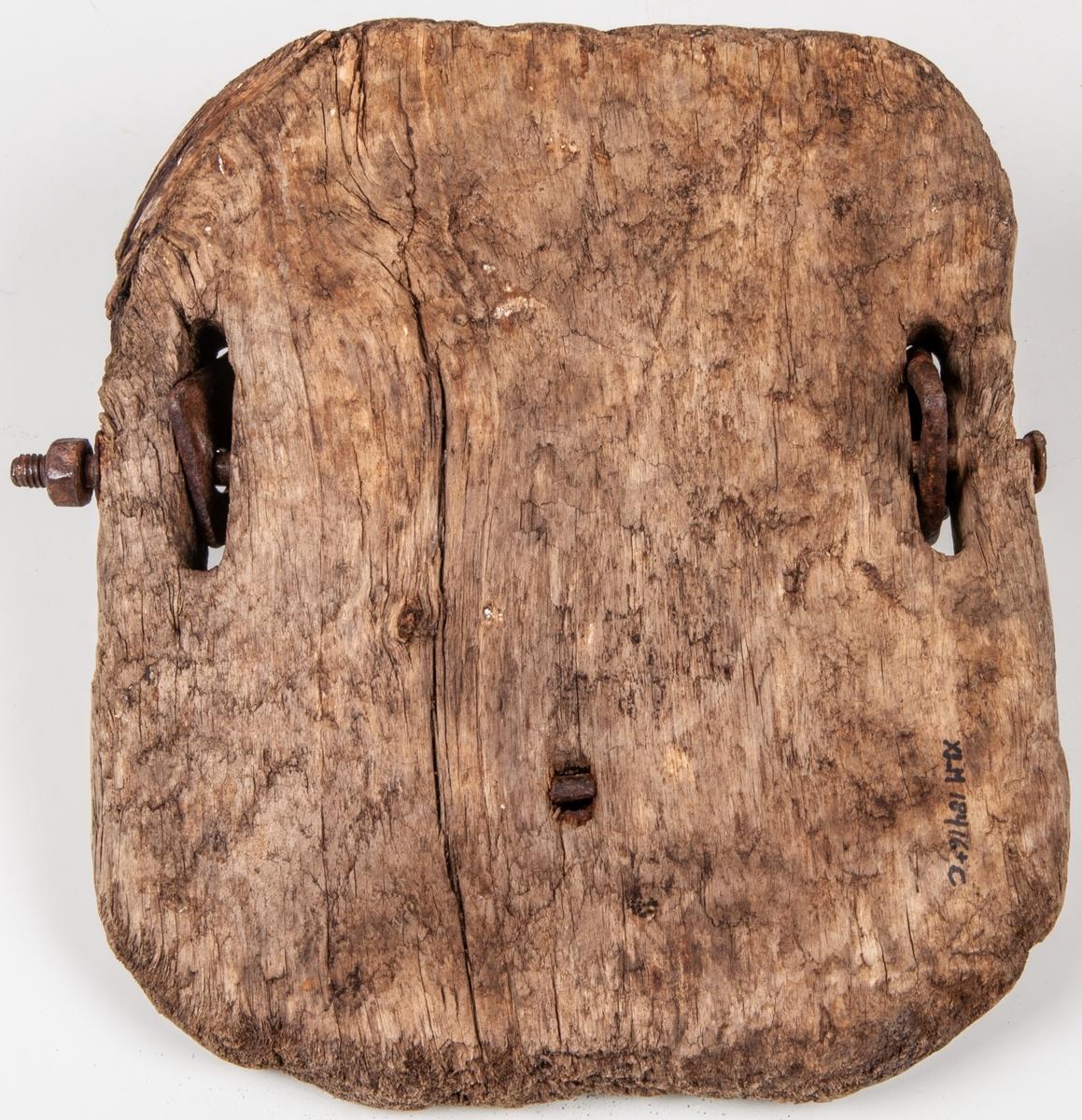 Snösko för häst, Träplatta, rektangulär med avrundade hörn och fastspänningsanordning avjärn, delvis klädda med läder.