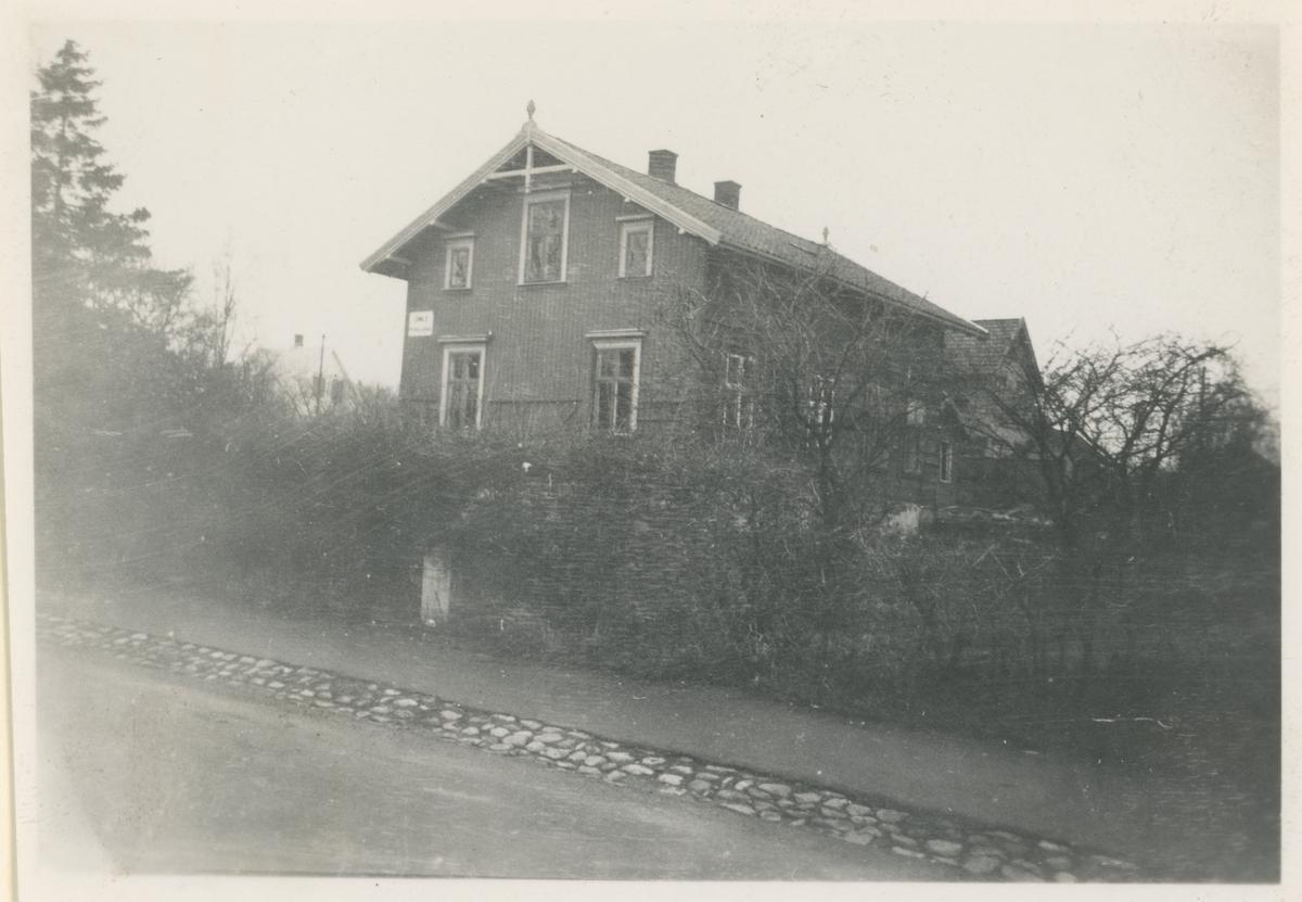 To bilder fra Gimle.  Bilde 1: Hovedbygningen, årstall 1936. Historikk: Ble flyttet til Kubberød; mens det stod på Gimle brukt som pensjonat i en tid.  Bilde 2: Gimle kino, reist i 1938.