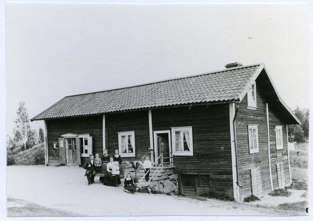 Hed sn, Skinnskatteberg kn, Uttersberg. Handelsboden i Snarhem, handelsman Thorgren med familj. C:a 1900.