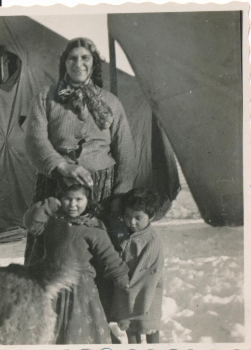 En kvinna och två små barn är avporträtterade framför tältdukar. Boendestandarden för svenska romer var under 1900-talets första hälft mycket varierande. Familjer som hade det bättre ställt kunde äga flera tält, medan fattigare familjer enbart hade ett tält. Man sov då där marken var minst lerig. På 1940-talet, efter krigsslutet, förbättrades levnadsstandarden och flera svensk-romska familjer specialbeställde bostadsvagnar. Att inte behöva sova på marken utgjorde en avsevärd förbättring av livskvaliteten. Eftersom vagnarna specialbeställdes kunde beställaren vara med och påverka vagnens utformning. Ofta fanns sovgemaket längst in, varpå vardagsrummet följde och köket låg längst ut. Denna utformning kunde dock skilja sig åt mellan olika vagnar. Generellt var vagnarna dåligt isolerade och kalla att bo i. Först på 1960-talet tilläts svenska romer att bli bofasta.