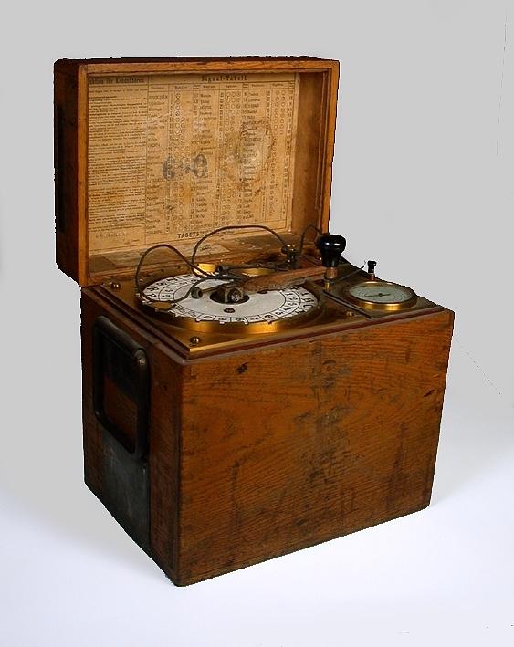 Äldre telegrafapparat no 690 för konduktör i järnvägsvagn. Magnetiserad den 8/4 1903. Utlämnad från Liljeholmen.