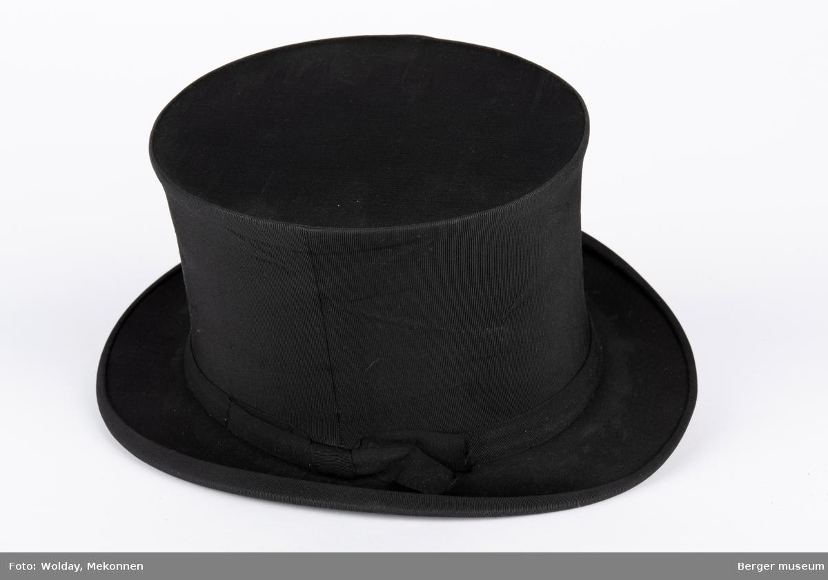 Chapeau claque («hatt som smeller») er en type sammenleggbar flosshatt som ble oppfunnet i 1812. Det ser ut som en modell fra rundt 1920. Flosshatt, tidligere også kalt sylinderhatt eller bare høy hatt, er en høy hatt med stiv, sylinderformet pull og liten brem.