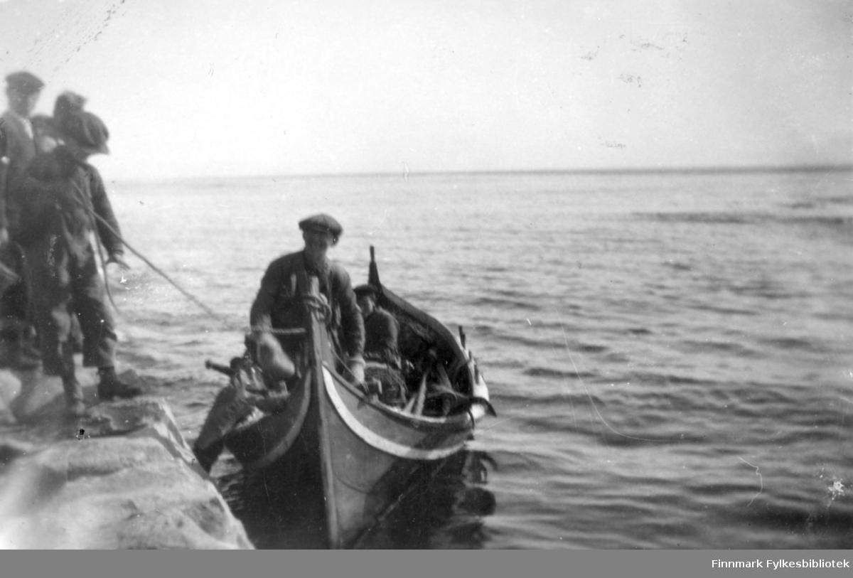 (Norlands?)båten kommer ved moloen i Salttjern.