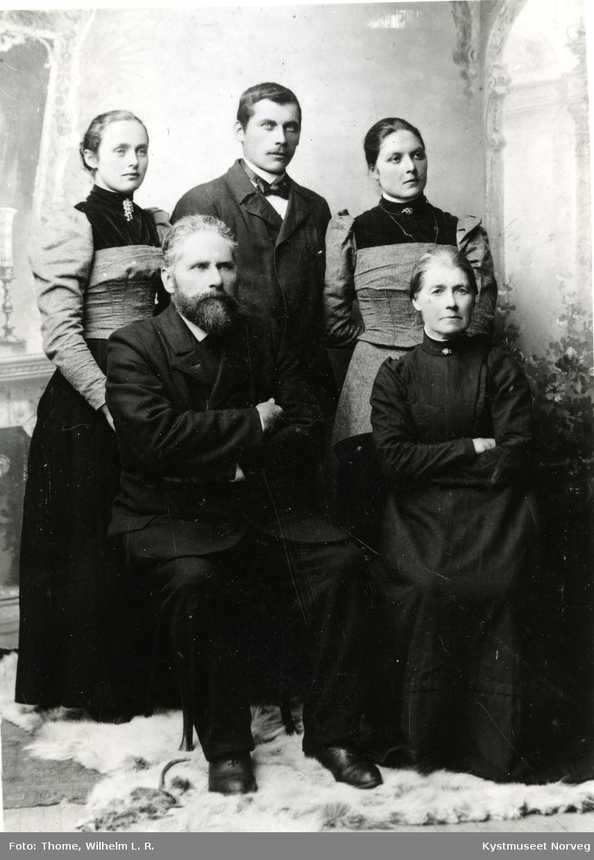 Foran fra venstre: Karl August Jensen, Johanna Jørgine Jensen. Bak: Fredrikke Gjertsen Eiternes, Jens F. Wang og Petra Hagen Wang