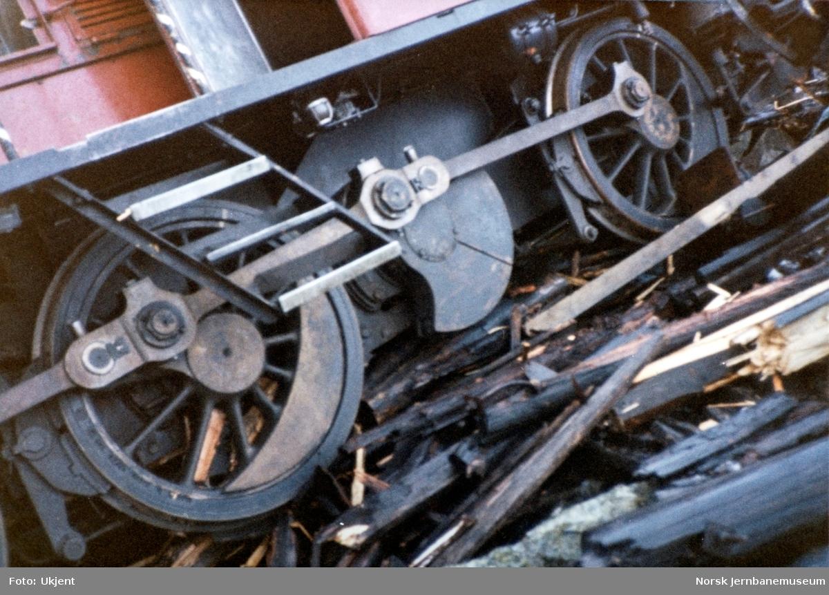 Avsporet diesellokomotiv Di 2 810 i Tjovdalen, vest for Hallingskeid stasjon på Bergensbanen