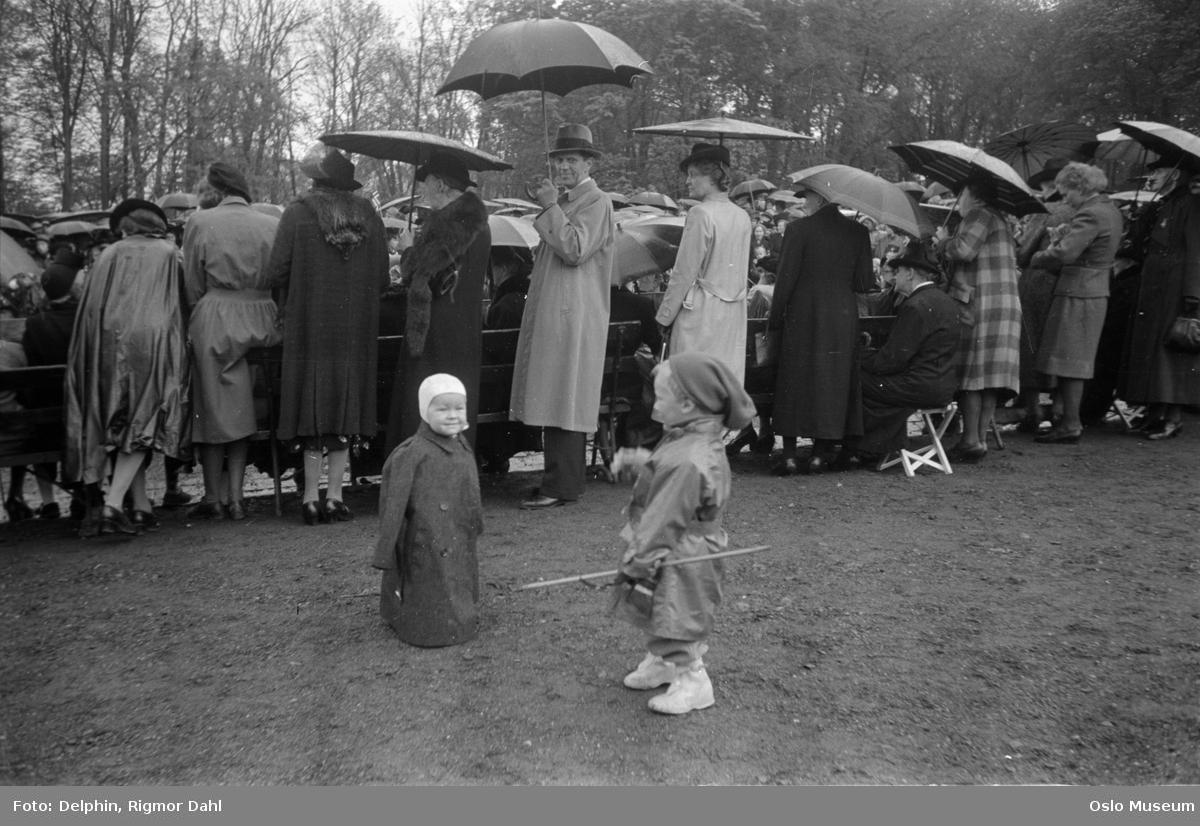 17. mai-feiring, menn, kvinner, barn, paraplyer, regnvær