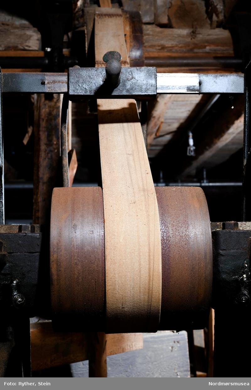 BESKR: Kraftig stativ av støpejern, 4 bein. Horisontal aksel på dette gjennom 2 lagre skrudd fast til stativet. I hver ende av akselen er festet en stor jernskive, den ene større enn den andre. 5 skjæreblad er skrudd fast i radiale furer i ytre flaten av den store skiva. Denne flaten er konkav. 4 skjæreblad er festet likedan i den mindre skiva. Flaten på denne er plan. Foran den arbeidende flate på storskiva er et stativ for å føre stavemnet mot skiva. Ved å trå på en pedal klemmes stavemnet fast med kanten mot skiva i en vinkel som tilsvarer den stavkanten skal ha. Stativet dreies om en akse slik at stavemnet føres mot skiva. Staven blir høvlet slik at kantene blir skrådd og buet samtidig. Stativet kan justeres for forskjellige stavlengder. Et enkelt stativ foran den lille skiva støtter bunnfjøl, stampstavemner med mere under strykingen. Ingen klemmeanordning. Forskjellige underlag kan festes til stativet for å stryke skråkanten på stampstaver med mere. Midt på akselen mellom skivene er 2 drivhjul. Ei reim går herfra til drivakselen under taket. Det ene hjulet driver akselen, det andre er et frihjul... Når strykeskiva startes opp, står reima på frihjulet, den flyttes gradvis over til drivhjulet. Frihjulet tillater også å stoppe strykeskiva uten å stoppe drivakselen.  BRUK: Høvle kantene på tønnestaver, bunnfjøl, stampstaver osv. Stavene til kar med buk strykes på den store skiva (konkav flate), bunnfjøl, staver til rette kar strykes på den lille skiva.