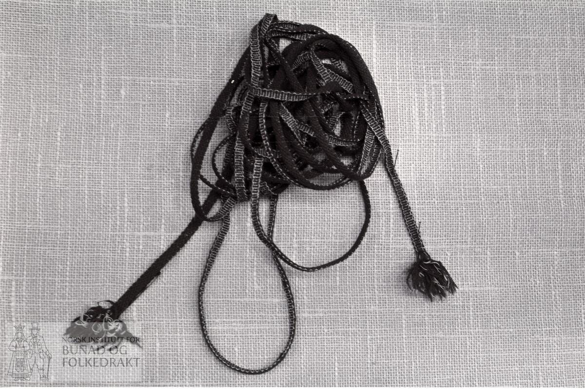Nordhordlandsmessa 1974 - - Raudt ullgarn, kvit bom. garn. L.: 7 m. Br. 0,9 cm.