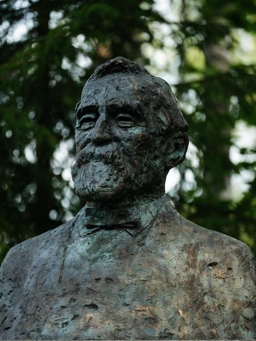 Bysten forestiller konsul Anders Sveaas som grunnla A/S Kistefos Træsliberi i 1889.
