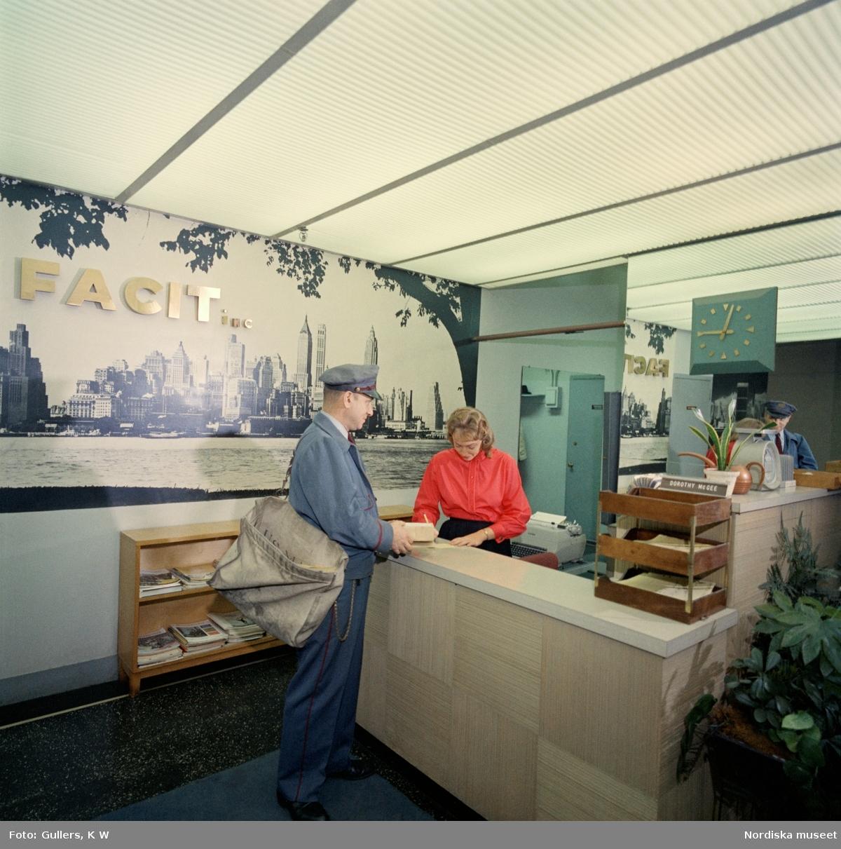 New York, 1960-tal. Interiör med receptionsdisk. En uniformsklädd man står vid disken med ett mindre paket. Kvinnan bakom disken skriver förmodligen ett mottagningskvitto.