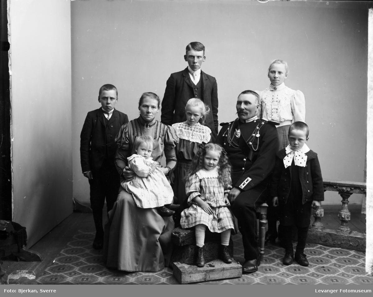 Gruppebilde av familien Gina og Gotvard Berg. Ulve i Frol, Levanger