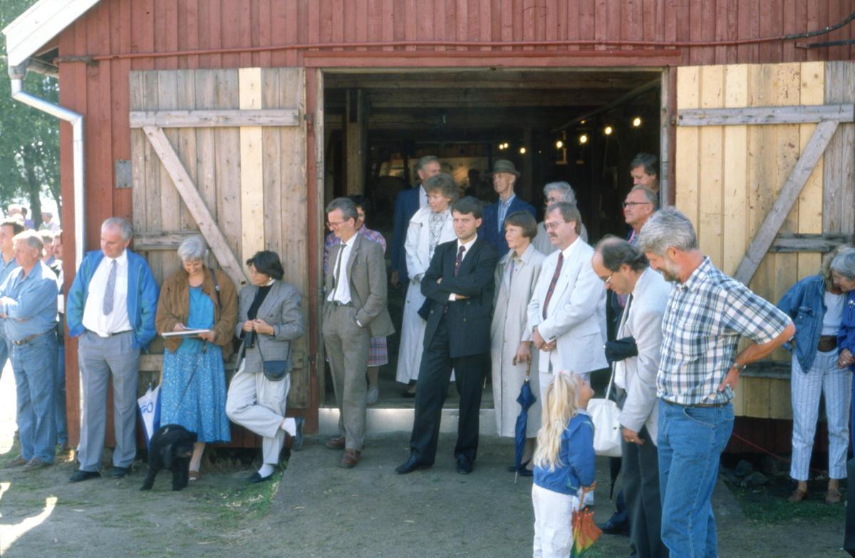 Flere drar kanskje kjensel på mannen i sort dress foran døråpningen på Trådbua. I 1990 var Dagfinn Høybråten (KrF) Statssekretær i Finansdepartementet. Foto: Per Emil Berg