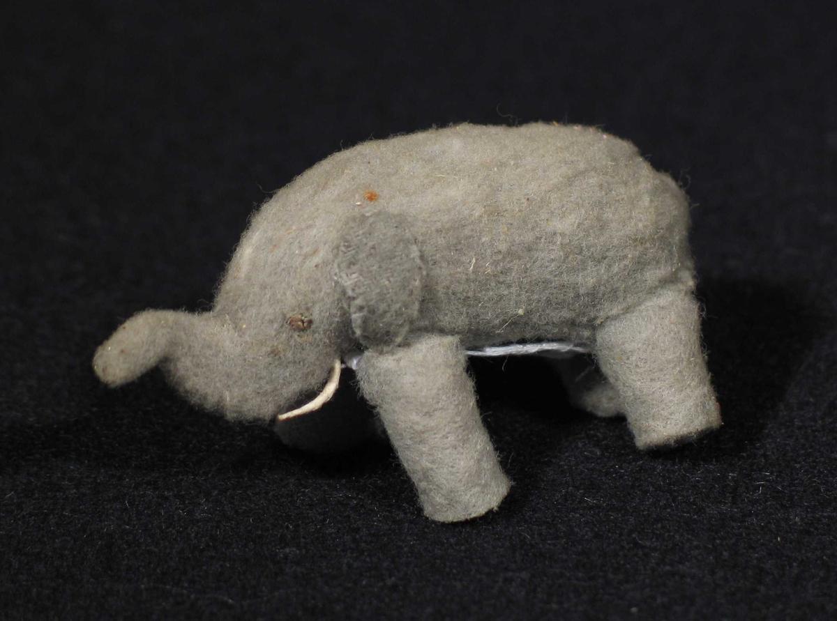 Grå elefant laget i filt.