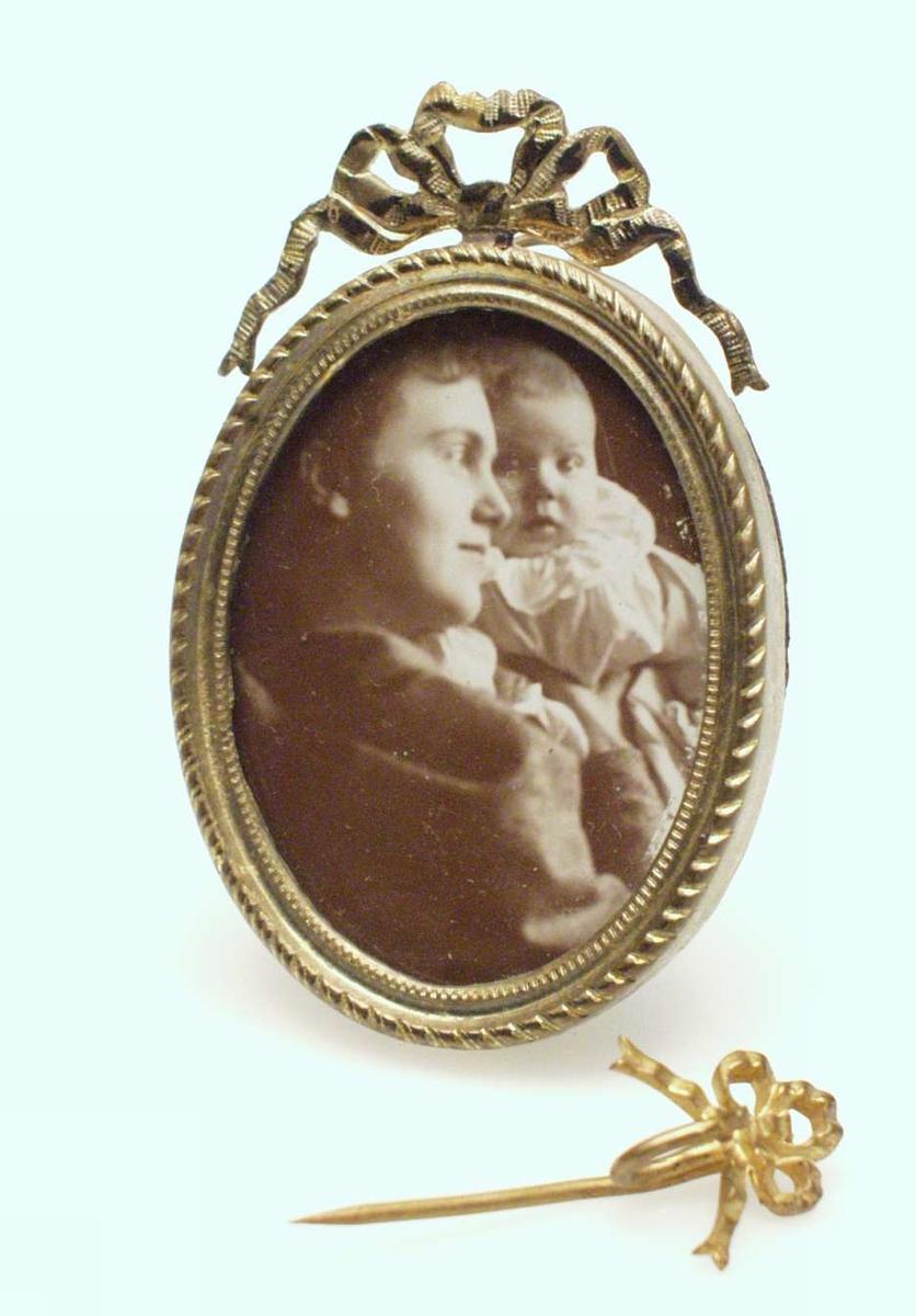 Ung kvinne med et spedbarn opp til hodet.