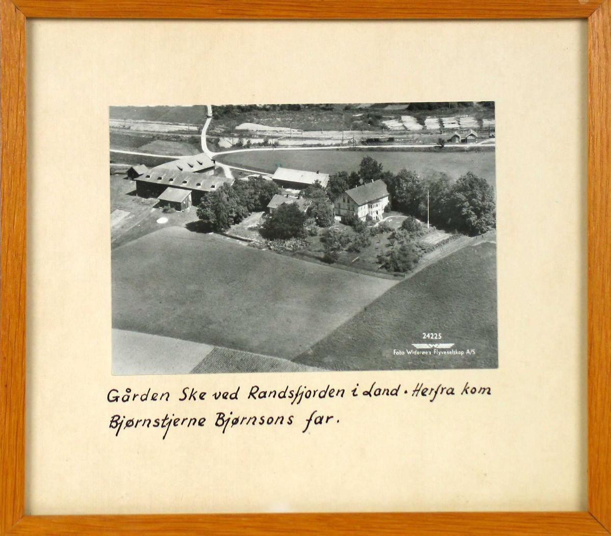 Flyfoto over en gård med omkringliggende jorder.