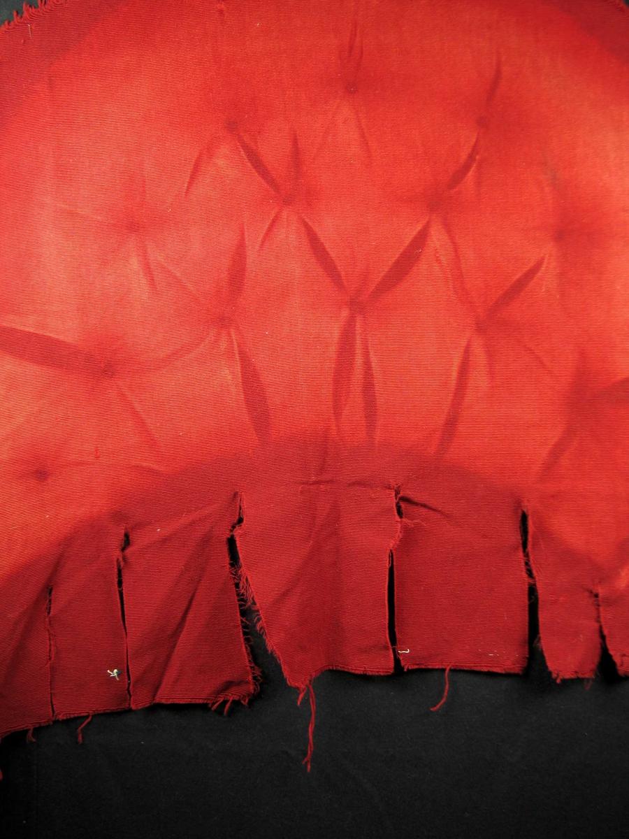 Rips, ullrenning med innslag i bomull. Tydelige merker etter å ha trukket en stoppet stol.