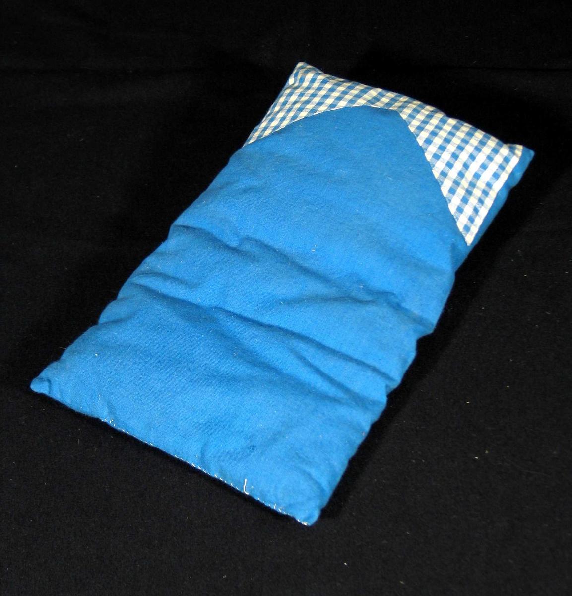 Vattert dyne til dokkeseng i blått bomullsstoff dekorert med blårutet felt øverst.