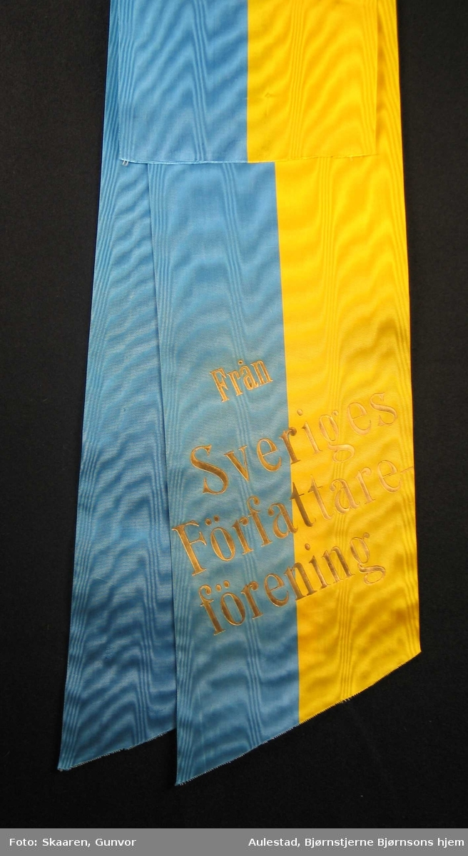 Silkesløyfe i gult og blått.