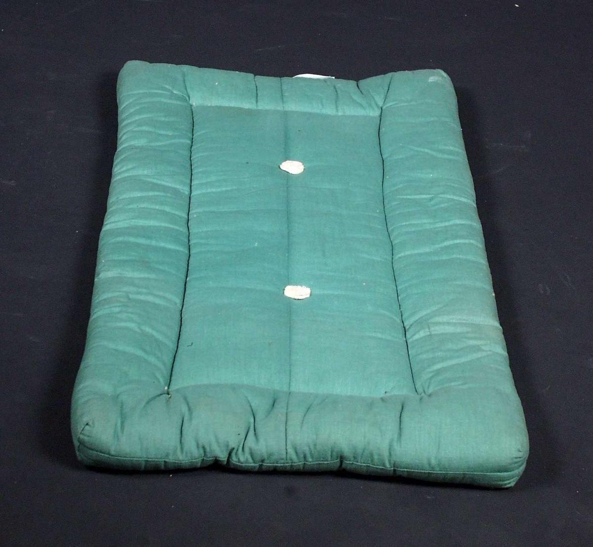 Grønn barnevogn med tilhørende dyne og madrass. Barnevogna har kalesje og skjerm i plastmateriale. Kalesjen er av stoff og har blitt noe slitt.