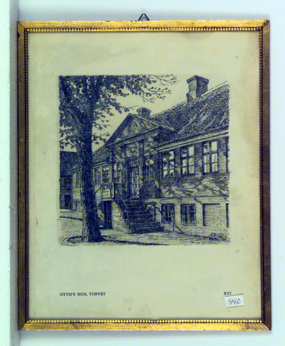 Empirebygning med et lindetre foran. Huset er Gyths hus på Torvet i Kalundborg.