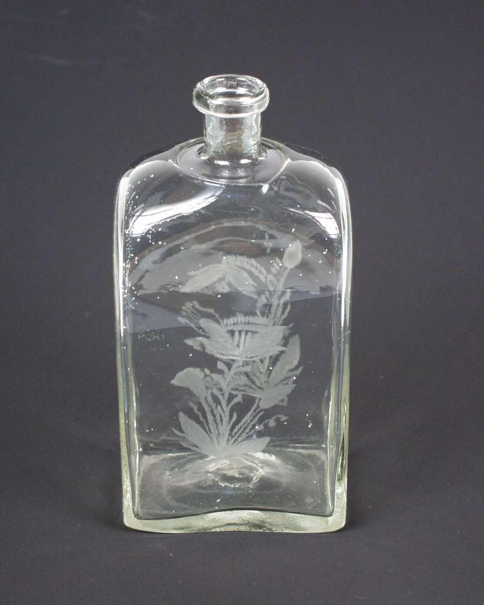 Cantinflaske av hvitt glass med rektangulært tverrsnitt. Den har innsmeltet kort hals. Den har blomstergravyr på alle fire sider.