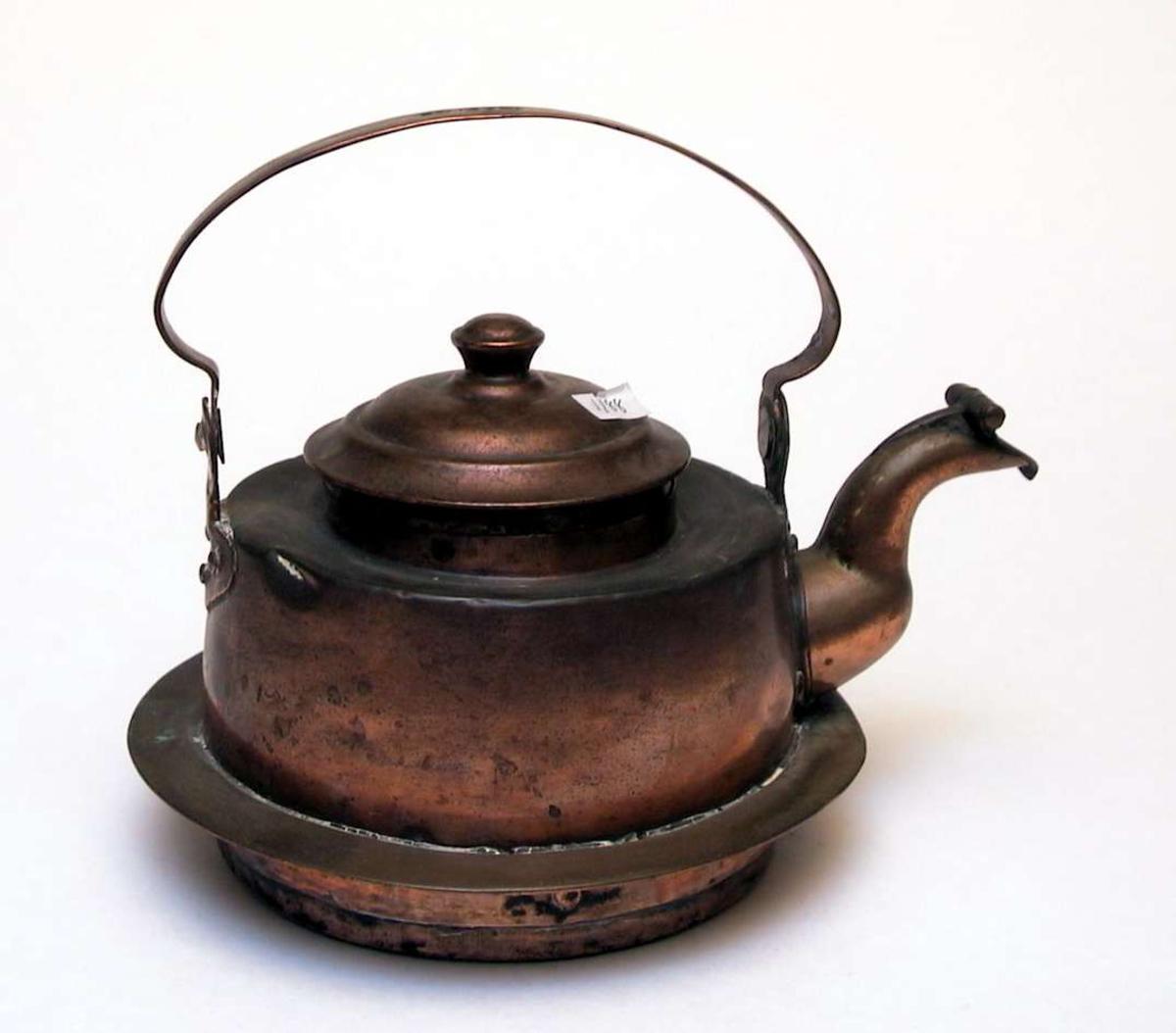 Kaffekjele i kobber laget for å brukes til vedovn med ringer. Det er sprekk i kobberet. Lokket sitter ikke ordentlig på.