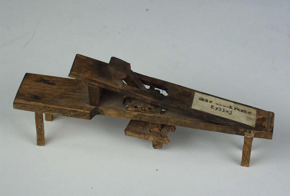 Miniatyrutgave av arbeidsbenk som ble brukt som klemme.