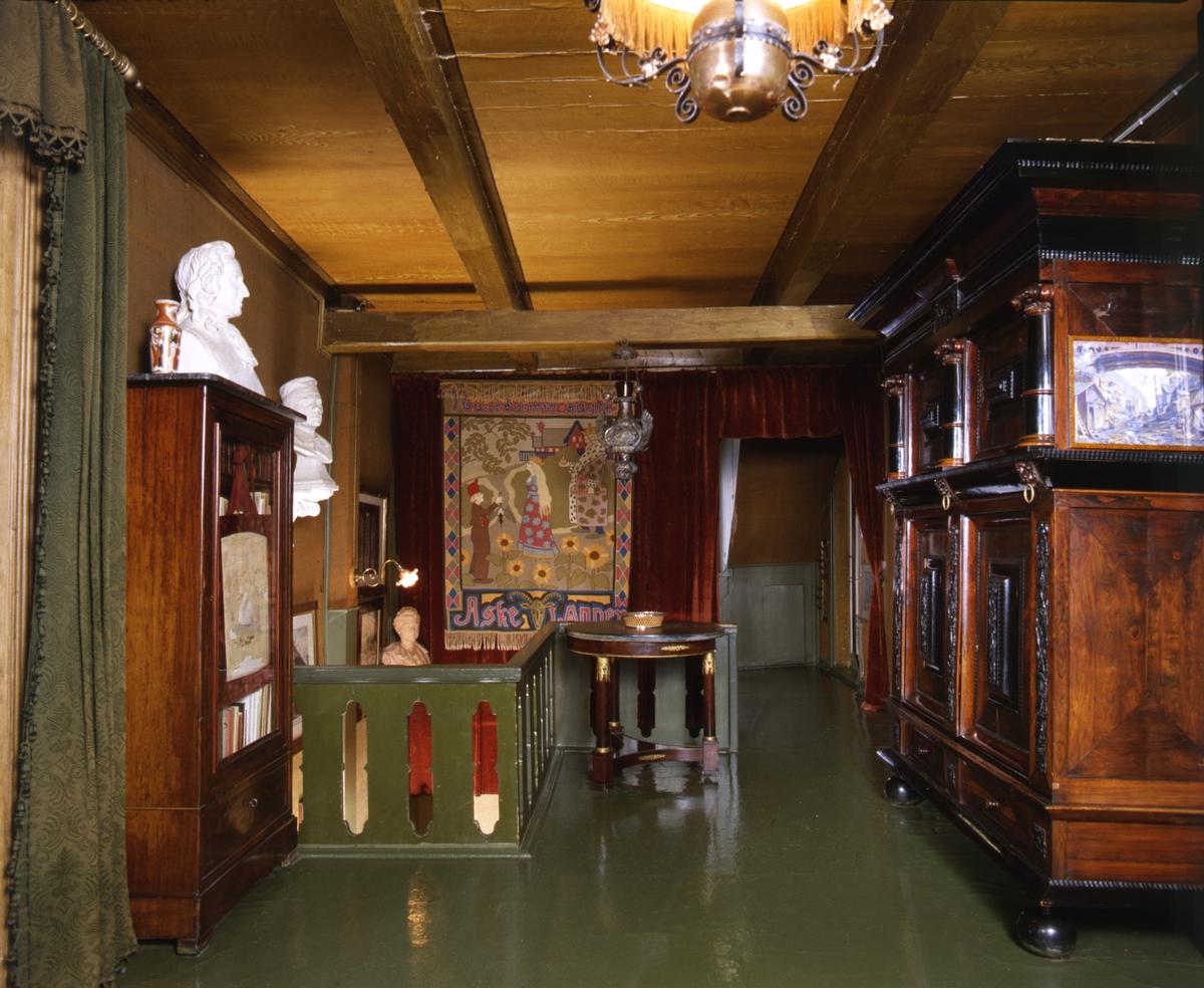 DOK:1991, Aulestad, interiør, øvre gang, byste, bord, skap,