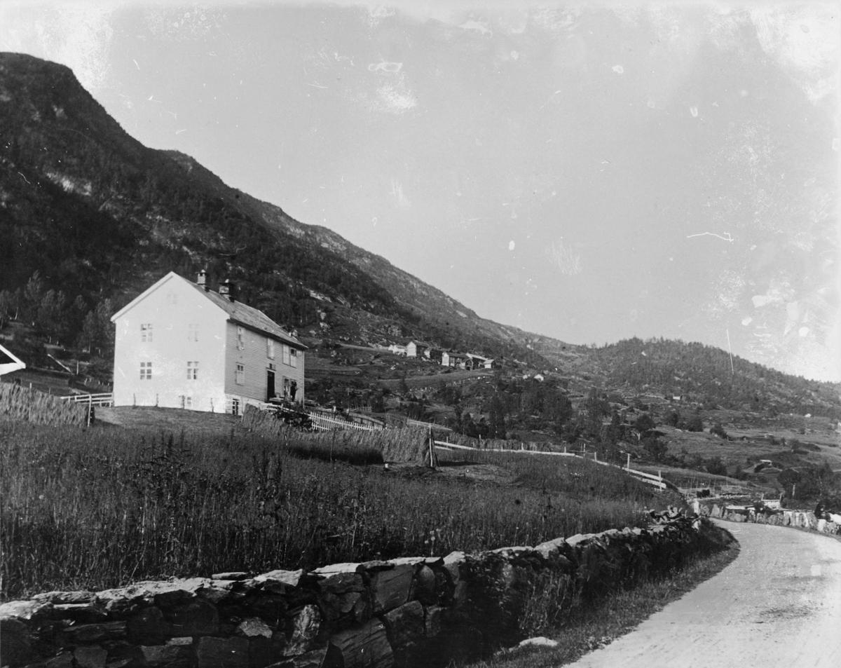 postkontor, eksteriør,  Vinje i Voss, Vossestrand, huset ligger i dalsiden med gårder rundt, hesjer med høy, gjerder, vei