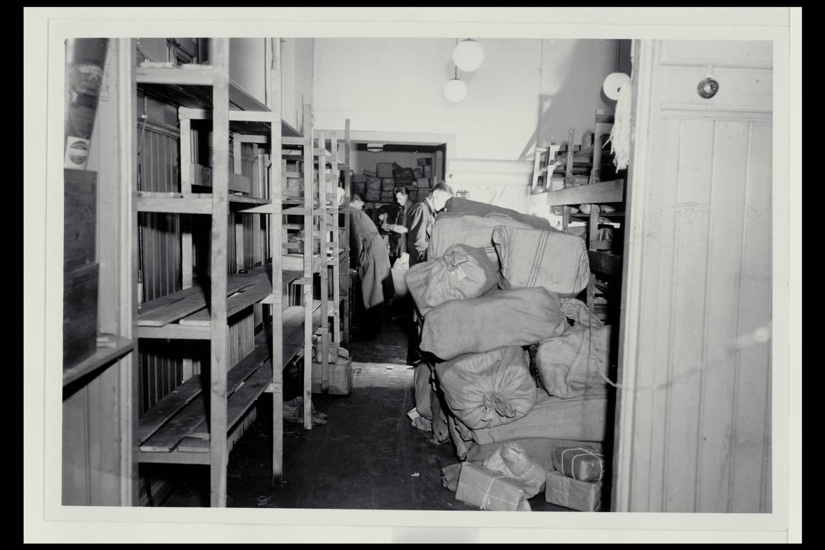 interiør, postkontor, 5002 Bergen, pakkeavdelingen, menn