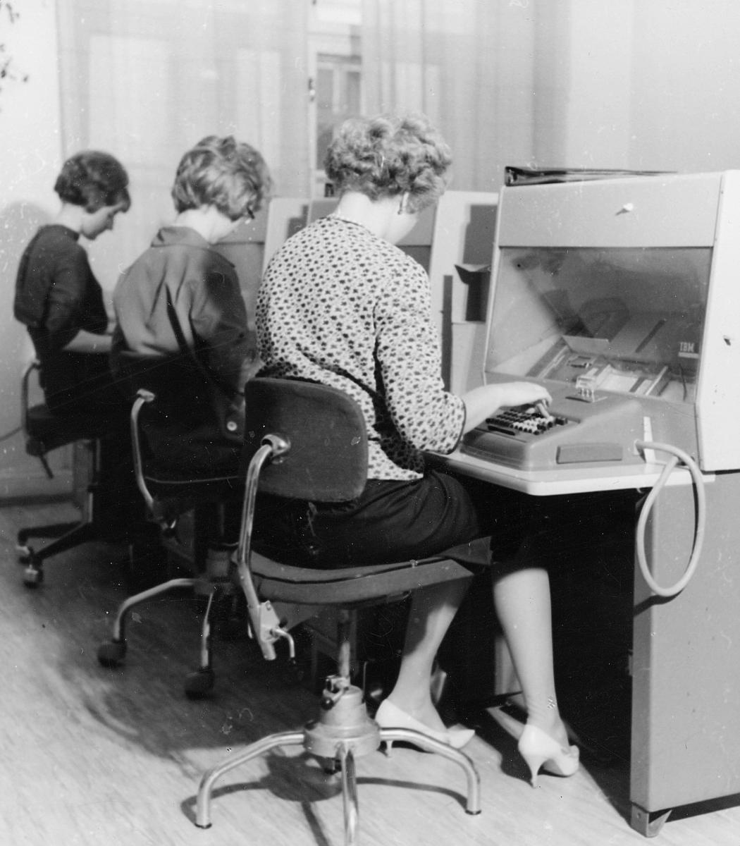 postbehandling, IBM maskiner, postgiro, tre kvinner, koding