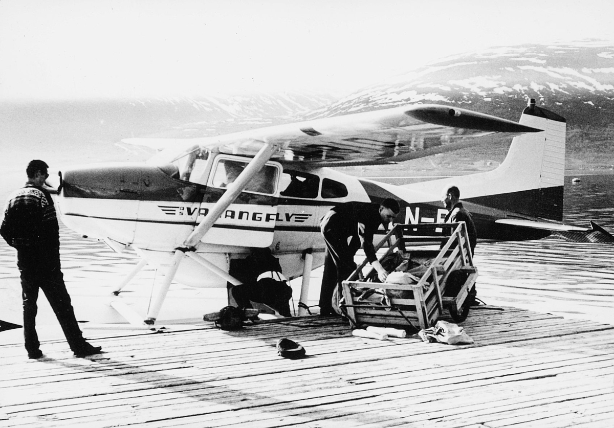 transport, fly, eksteriør, sjøfly, Varangfly, Tromsø-Alta-Hammerfest, Kirkenes, på land, menn, lasting