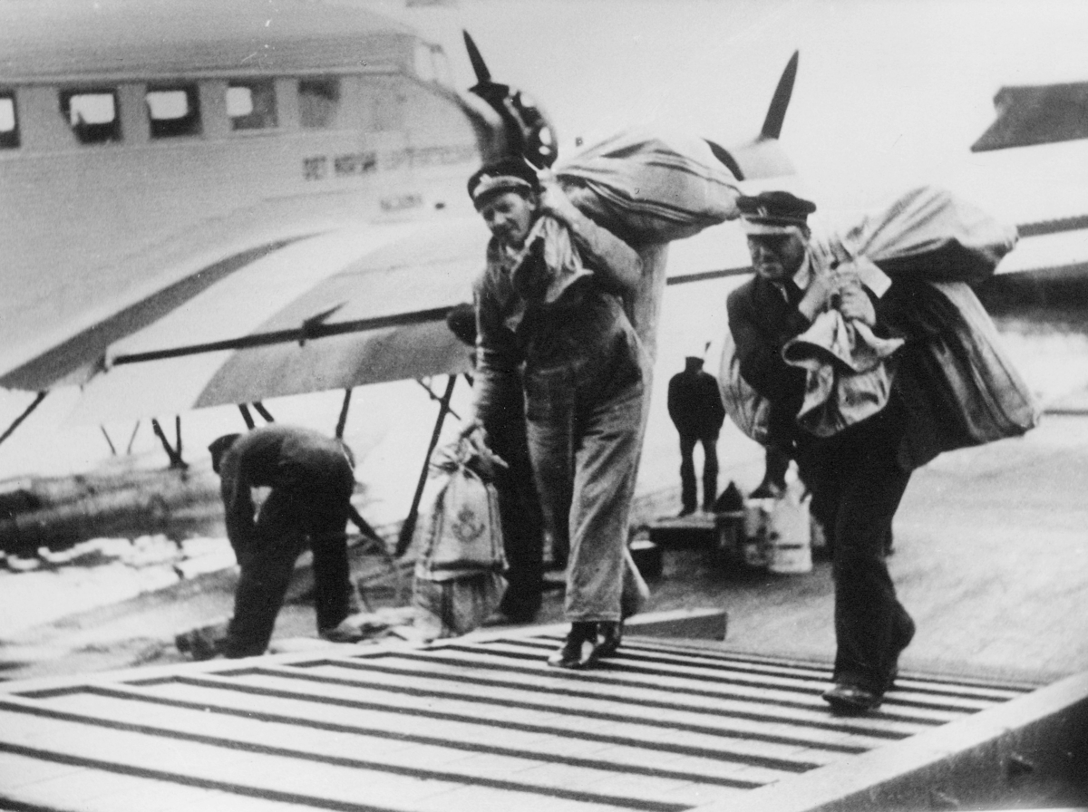 transport, fly, eksteriør, Bergen, sjøfly Najaden, Oslo-Bergen, lossing, postsekker, menn