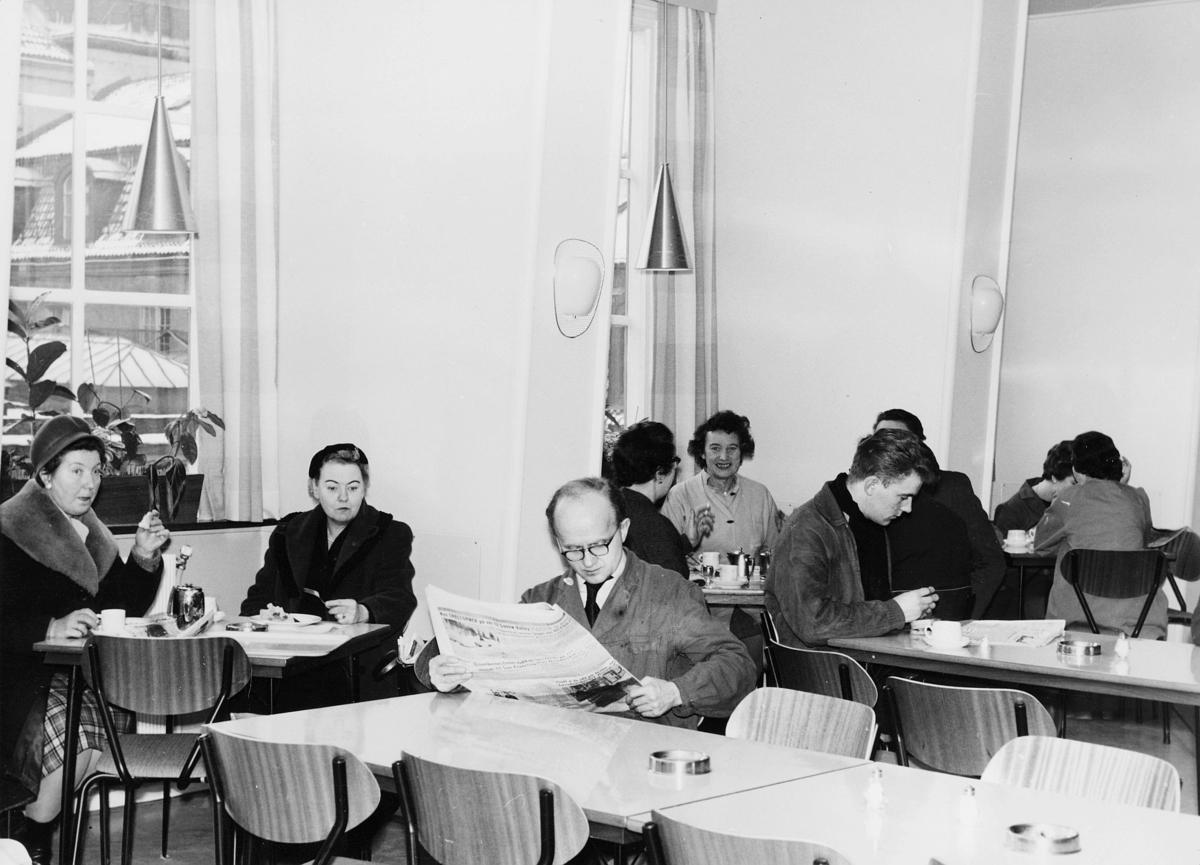 spisemesser, kvinner, menn, 1 mann leser avis, interiør