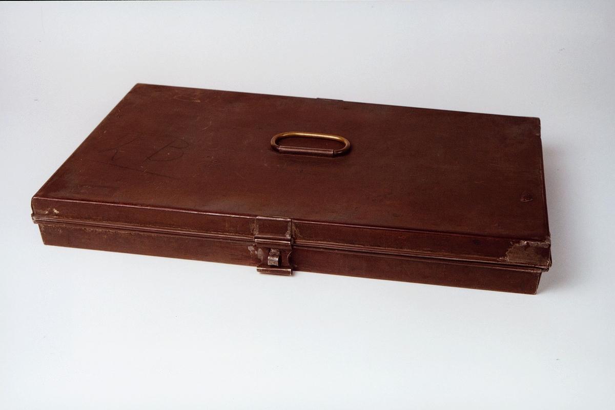 Postmuseet, gjenstander, skrin med håndtak på lokket, skrankekasse, lås.